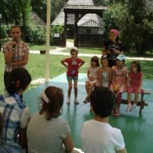 """Reprezentantii A.N.P.C.P.P.S. Romania – InfoCons au discutat cu cei mici si le-au oferit premii in cadrul Taberei de Creatie """"Vara pe ulita"""", organizata in parteneriat cu Muzeul National al Satului """"D. Gusti""""."""