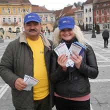 Reprezentantii A.N.P.C.P.P.S. Romania - InfoCons au impartit trecatorilor din Brasov pliante informative cu ocazia Zilei Mondiale a Drepturilor Consumatorilor