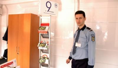 """Diseminarea materialelor educativ-informative InfoCons in cadrul campaniei """"o9atitudine!"""" pe diferitele teme de desfasurare ale campaniei cu ajutorul Politiei de Proximitate din cadru"""