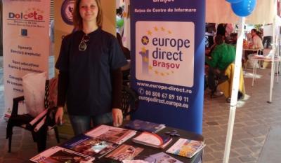 Diseminare de materiale educativ-informative InfoCons, asociatie de consumatori in Piata Sfatului din Brasov.
