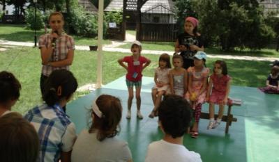 """Reprezentantii InfoCons au discutat cu cei mici si le-au oferit premii in cadrul Taberei de Creatie """"Vara pe ulita"""", organizata in parteneriat cu Muzeul National al Satului """"D. Gusti"""""""