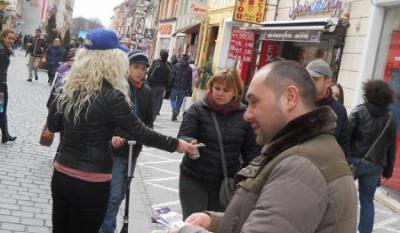 Reprezentantii InfoCons au impartit trecatorilor din Brasov pliante informative cu ocazia Zilei Mondiale a Drepturilor Consumatorilor