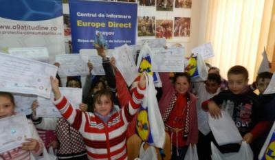 Reprezentantii InfoCons – Europe Direct Brasov – a fost pentru a inmana daruri de Craciun copiilor in cadrul Scolii Generale Budila din Brasov, Comuna Budila