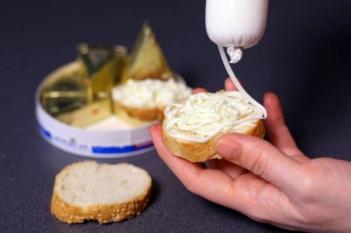 Știi ce consumi? Peste 50% din doza zilnică de sare recomandată unui adult în 100g de brânză topită
