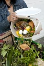 Fiecare român generează anual 76 kg de deșeuri alimentare