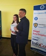 Domnul Sorin Mierlea, Președintele InfoCons a oferit câștigătorilor probei individuale al Concursului Național ''Alege! Este dreptul tău!'' premiile