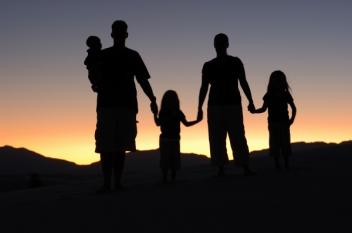 În aceste zile, sunteți acasă singur sau cu familia?