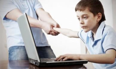 Nu lăsa tehnologia digitală să alieneze viața copilului tău.
